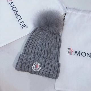 モンクレール(MONCLER)のMONCLERポンポン付き ウールのニットビーニーグレー(ニット帽/ビーニー)