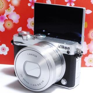 ニコン(Nikon)の★自撮り+Wi-Fi付き★ Nikon J5 レンズキット おまけ付き♪★(ミラーレス一眼)