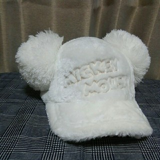 ディズニー(Disney)のミッキーポンポン付ファーキャップ白(キャップ)