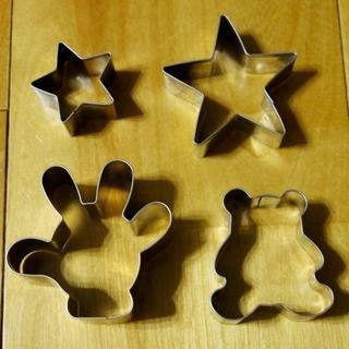 ディズニー(Disney)の【美品】クッキー型4種(ミッキー・クマ・大小星型)(調理道具/製菓道具)