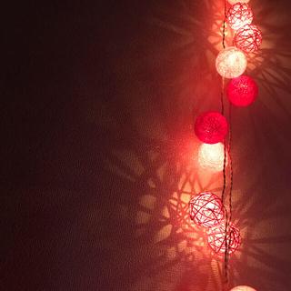 ピンクのラタンとコットンボールライト(インテリア雑貨)