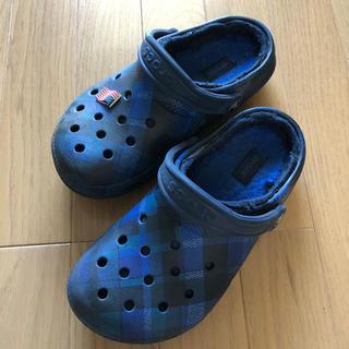 クロックス(crocs)の クロックス 22cm ボア付き チェック柄 青(サンダル)