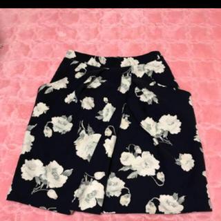 ビーラディエンス(BE RADIANCE)の花柄 チューリップ形 タイトスカート  美品(ひざ丈スカート)