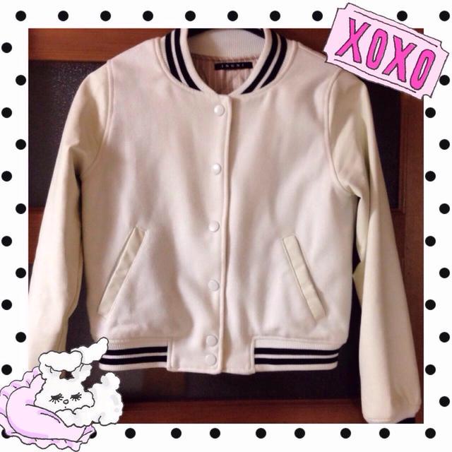 INGNI(イング)の♭ INGNI ホワイトスタジャン レディースのジャケット/アウター(スタジャン)の商品写真