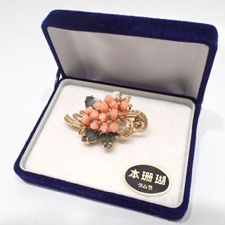 E157 装飾美術 珊瑚彫刻ブローチ 翡翠 重量12.2g(ブローチ/コサージュ)