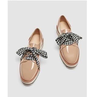 ザラ(ZARA)のエナメルレザーフラットシューズ(ローファー/革靴)