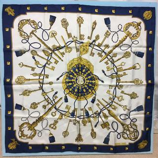 エルメス(Hermes)のHERMES エルメス カレ90 大判スカーフ 鍵 ホワイト×ブルー×イエロー(バンダナ/スカーフ)
