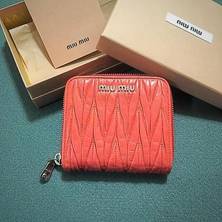 ミュウミュウ(miumiu)の美品 ミュウミュウ マトラッセ コンパクト 財布(財布)