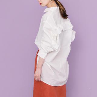 ケービーエフ(KBF)のKBF バックフリルオーバーシャツ 美品 フリーサイズ 白(シャツ/ブラウス(長袖/七分))