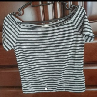 ジーユー(GU)のショート丈 Tシャツ   ストライプ  オフィショル(Tシャツ(半袖/袖なし))