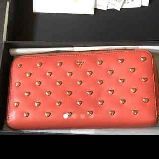 アニヤハインドマーチ(ANYA HINDMARCH)のハートスタッズつきラウンド型長財布(財布)