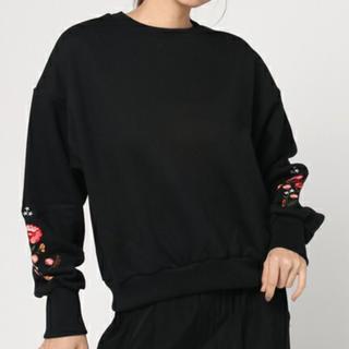ミスティウーマン(mysty woman)の秋冬 花柄 刺繍入り スウェット 黒 美品(トレーナー/スウェット)