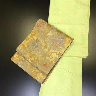 正絹。薄いグリーン系色無地着物。紋付。しつけ付き未使用。(帯は別売り).(着物)