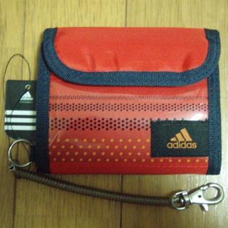 アディダス(adidas)のadidas アディダス かぶせ財布 コイルチェーン付 ライトスカーレット(折り財布)