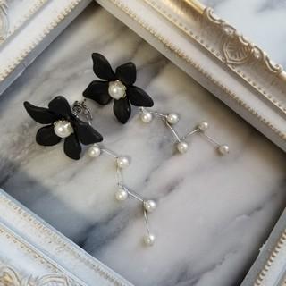 お花とパールのピアス(黒)(ピアス)