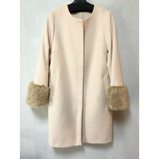 ジーユー(GU)の新品未使用 GU ノーカラーコート ロング 袖ファー ベージュ 冬 コート(毛皮/ファーコート)