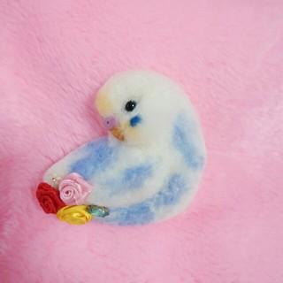 羊毛フェルト セキセイインコブローチ 水色×白(コサージュ/ブローチ)