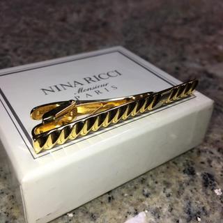 ニナリッチ(NINA RICCI)の【NINARICCI】ゴールド ネクタイピン NRロゴ【ニナリッチ 】(ネクタイピン)