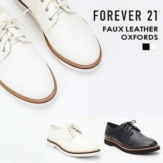 フォーエバートゥエンティーワン(FOREVER 21)の新品!FOREVER21☆テクスチャードフェイクレザーオックスフォード 24白(ローファー/革靴)