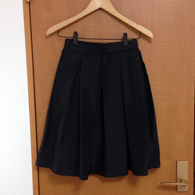 DE TER NL(デターナル)のブラック マットサテン フレアスカート レディースのスカート(ひざ丈スカート)の商品写真