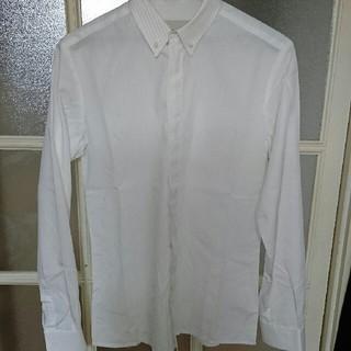 ステファンシュナイダー(STEPHAN SCHNEIDER)のSTEPHAN SCHNEIDER 比翼ボタン白シャツ(シャツ)