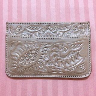 グレースコンチネンタル(GRACE CONTINENTAL)のカービングトライブス 名刺入れ ゴールド(財布)