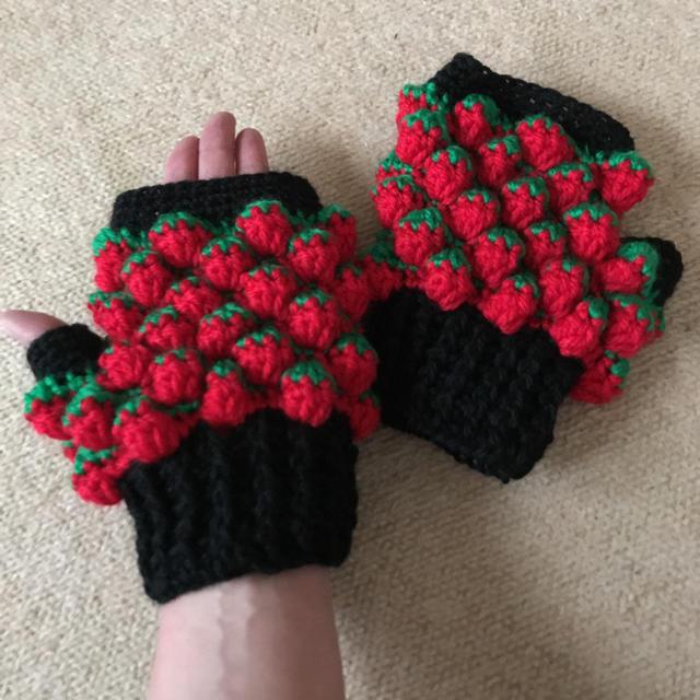 いちご手編み手袋 ハンドメイドのファッション小物(手袋)の商品写真