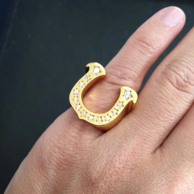 ホースシューリング ゴールド 芸能人着用 新品 メンズのアクセサリー(リング(指輪))の商品写真