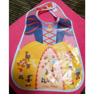 ディズニー(Disney)のMIA様 専用 新品 白雪姫風 ビニールスタイ ポケット付(お食事エプロン)