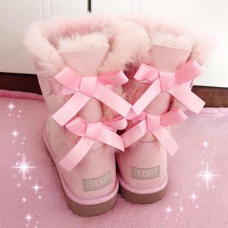 アグ(UGG)の☆UGG☆後ろダブルリボン付き☆ムートンブーツ☆新品ピンク(ブーツ)