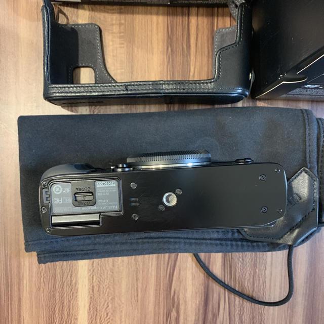 富士フイルム(フジフイルム)のX-Pro2と専用ケース   FUJIFILMラッピングクロス 電池4個 スマホ/家電/カメラのカメラ(ミラーレス一眼)の商品写真