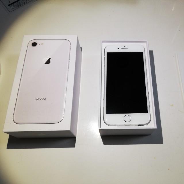 iPhone(アイフォーン)の【新品未使用】Apple「iPhone 8」64GB シルバー au  スマホ/家電/カメラのスマートフォン/携帯電話(スマートフォン本体)の商品写真