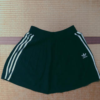 アディダス(adidas)の【美品】【値下げ可能】adidas originals 黒プリーツミニスカート(ミニスカート)