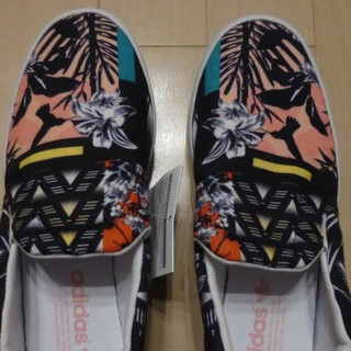 アディダス(adidas)のadidas★花柄スリッポン★新品 24cm(スリッポン/モカシン)
