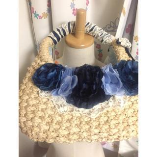 アクシーズファム(axes femme)のカゴバック 青い花飾り レース(かごバッグ/ストローバッグ)