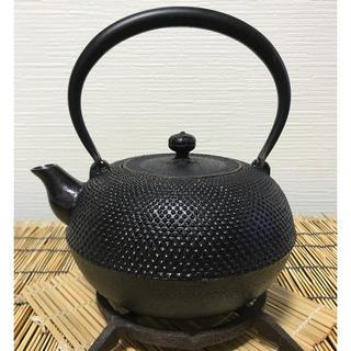 【USED品】南部鉄瓶  丸形 咬鉉  梨地霰 梅摘  (金属工芸)