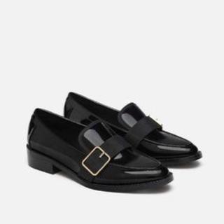 ザラ(ZARA)の新品 ZARA ザラ バックル付き エナメル フラット ローファー 黒 ブラック(ローファー/革靴)