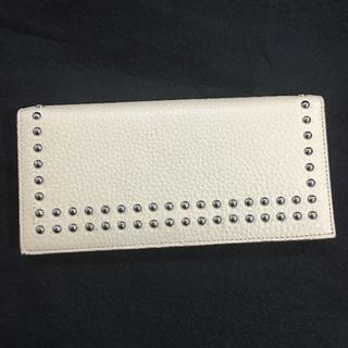 ジェイアンドエムデヴィッドソン(J&M DAVIDSON)の長財布J&M DAVIDSON スペイン製ホワイト牛革スタッズウォレット新品(財布)
