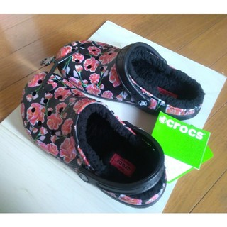クロックス(crocs)のタグ付 新品 クロックス ボア付 サンダル w8 黒×赤 花柄(サンダル)