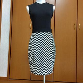 エイチアンドエイチ(H&H)の【美品】H&M ギザギザ柄 スカート Mサイズ(ひざ丈スカート)