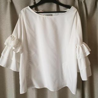 《新品・タグ付き未使用》授乳口つきマタニティウェア 袖フリルブラウス Mサイズ白(マタニティトップス)