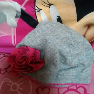 ジンボリー(GYMBOREE)のジェニー ジャック ジャニーアンドジャック グレーとピンクのニット帽子花(帽子)