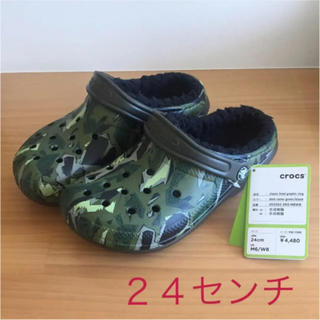 クロックス(crocs)の《新品》24センチ  クロックス カモ ボア付き(サンダル)