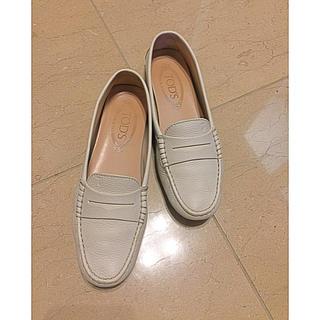 トッズ(TOD'S)のTod's トッズ ドライビングシューズ 足元がスッキリ見える白 美品(ローファー/革靴)
