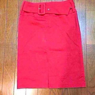インディヴィ(INDIVI)のINDIVI 前スリット ベルト付き赤のタイトスカート(ひざ丈スカート)