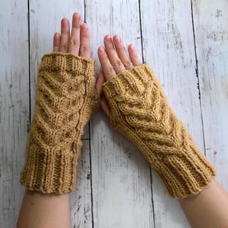 手編み☆洗濯機で洗える 模様編みハンドウォーマ/キャメル(手袋)