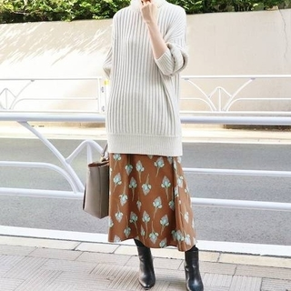 イエナ(IENA)の【新品】 フラワーモチーフプリント シャーリングスカート(ひざ丈スカート)