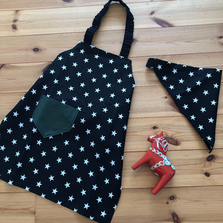ハンドメイド 子供エプロン 120 130 三角巾セット☆ 星柄 ブラック(ファッション雑貨)