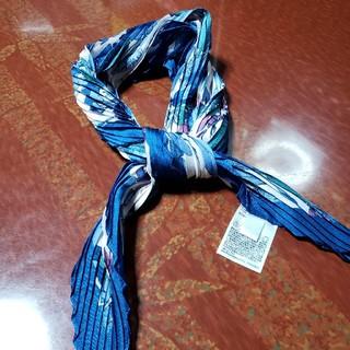 ユニクロ(UNIQLO)のUNIQLO リーフ柄 シルキープリーツスカーフ(バンダナ/スカーフ)
