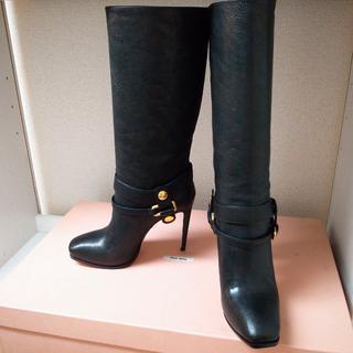 ミュウミュウ(miumiu)の新品未使用♡ミュウミュウ ロングブーツ 黒 靴 パンプス バッグ 財布(ブーツ)